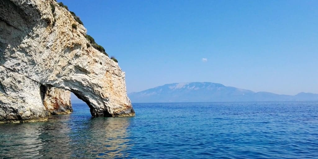 From the Blue Caves in the north of Zakynthos, you can already spot the island of Kefalonia in the distance